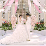 純白のウェディングドレスが映える壮大なアトリウムチャペル。