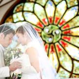 【聖セシリア教会】ティファニー製のバラ窓から射し込む光に包まれながら行うチャペルウェディング