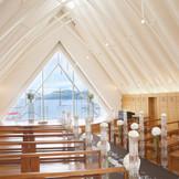 クリスタル調の祭壇にリニューアルし、永遠の安定を意味するブラウンのバージンロードに様変わり。
