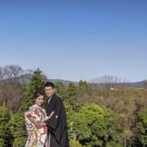 御所の奥には大文字山や比叡山を臨むロケーション。京都を感じるお写真も残せます。