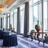 天井の高い贅沢な雰囲気のホワイエはリニューアルして、より洗練された空間に。披露宴会場前のホワイエではゲストと共に語らったり、撮影をしたり、隣接されているテラスで自由にお過ごし頂けます。