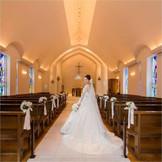 白を基調にした神聖な雰囲気漂う空間で親族や、親しい友人に見守られながら、永遠の愛を誓います。