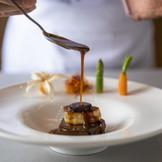 料理がおいしいホテルとしても有名で「また食べたい!」とゲストも大絶賛。100年以上の歴史をもつ国際大会・世界料理オリンピックで同ホテルの料理長が銅メダルを、ペストリーシェフが金メダルを獲得!実力派シェフたちによる美食で上質なおもてなしを・・