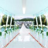 五十鈴川テラス「クリスタルチャペル」は全面がガラス張りというとても珍しい建物。まさにクリスタルの中に入ったよう。神々が住むという伊勢の山々に見守られながら挙式が進行します。
