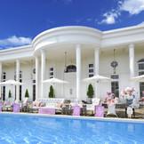 プール付きの白亜の大豪邸を貸切にして叶える特別なウェディング