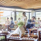 """""""1日貸切だから""""テラスルームでは挙式前後でのパーティーを楽しめる。 時間に追われないスタイルは六絲水の結婚式には欠かすことのできないポイント ゲストのご満足=一人一人とゆっくり会話+沢山写の真を残す 是非ゲストと一緒に結婚式の余韻を楽しんで!"""