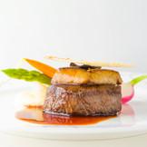 ウェディンメニュー「RICHEリッシュ」より。国産フィレ肉のステーキ ロッシニー風 ポテトピューレと季節の彩り野菜。フランス人エグゼクティブシェフ渾身の新作メニューは本場フランスの繊細なセンスと確かな技でグルメ家達をもうならせます。
