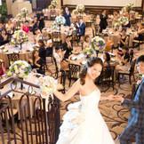 階段入場はまるでシンデレラのよう!結婚式当日は新郎様のエスコートで…♪♪