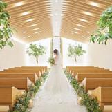 柔らかな木漏れ日のような温かさの中で祝福されるウェディング 様々なウェディングスタイルが共鳴できるミュージックホールは新郎新婦の誓いを ゲストの皆様へ届けてくれる。 大切な方に見守られ結婚式のオープニングを飾ってくれる場所