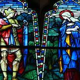 美しいステンドグラスとそこから溢れる採光が、おふたりの誓いの瞬間をあたたかく包み込みます。