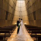 デザインは日本を代表する空間デザイナー・杉本貴志氏。 木のぬくもりに包まれた、崇高な誓いのステージ。