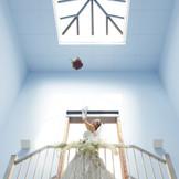 『花嫁の美』を追求したデザイン性溢れる空間。幸せを分かち合うブーケトスは天候に左右されないのも魅力