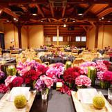 色鮮やかな装花で披露宴会場をひときわ明るく演出。