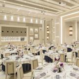 白が基調のスタイリッシュなパーティ会場は天井が高く、大勢のゲストを招いてもゆっくりと過ごせる。