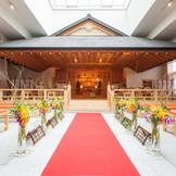 光の祝福に包まれる、総檜造りの神殿。優雅で格調高い空間で叶える、雅やかな婚儀。