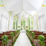 【ザ ガーデン チャペル フォレスト(別棟)】扉が開くと美しい演奏とやわらかい光がおふたりを包み込みます