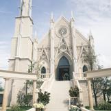 青空にそびえ建つゴシック様式の大聖堂はこの街のシンボル。