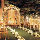キャンドルの柔らかい光の中で永遠の愛を誓う・・・。そんな幻想的な結婚式が叶います。会場の中には、笑顔と祝福が交差する温かな空間が広がります。