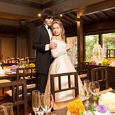 時に磨かれたシャンデリアが鮮やかな装花やインテリアと調和し、大正時代のロマンティシズムを甦らせます。