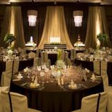 華やかさと洗練に満ちた大人のブリリアントパーティーが叶えられる『THE NEW YORK』。60名さまから最大250名さままで対応可能!高級感あふれる空間で花嫁をより一層輝かせます。