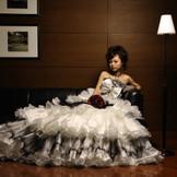 洗練されたカラーリングのコスチュームは女性のクール&ビューティーを引き立たせます。