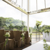 テラスは人前式の会場に。3階まで吹き抜けだから陽光が美しい。兼六園と金沢城石垣を眺める金沢らしい眺望。
