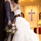 十字架とステンドグラスが輝く大聖堂。 聖歌隊のコーラスとオルガンの生演奏が美しく響く中、厳粛な挙式が行われます。