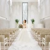 クリスタルシャンデリアが輝く洗練された挙式場で憧れの結婚式を