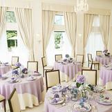 白を基調とした披露宴会場。どんなスタイルのコーディネイトも映える空間。
