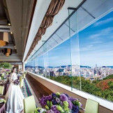 8mもの天井高があり、窓からはヤフオクドームや福岡タワーが眺められる。四季折々の美しさをより引き立たせるオリエンタルクラッシックな雰囲気で、おのずと絵になる空間。