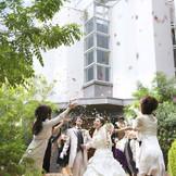 挙式後セレモニーはホテル内ガーデンで♪おふたりオリジナル演出が可能なので、ゲストと楽しめる演出を♪