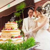 お二人の思い描いたケーキに入刀。