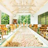 【長崎屈指の独立型チャペルがリニューアル】緑や木の温もりが感じられる大人気のチャペル。バージンロードに敷き詰められたバラがロマンティックな空間。