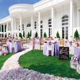広大なガーデンも全て貸切に。リニューアルした緑とプールのある白亜の邸宅で、ゲストを囲んでのアットホームウェディングが叶う。