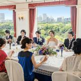皇居を望む「鳳凰の間」は少人数ウェディングにぴったり!ゲストと同じテーブルを囲んで和やかでアットホームな会食会を!
