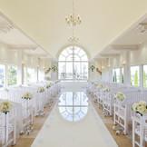 柔らかな白を基調とした室内には自然光が入り、フランス産大理石で創られた純白のバージンロードが、花嫁を輝かせます。