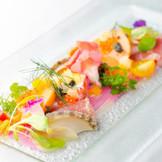 ウエディングにふさわしく、見た目にも鮮やかで華やかな品々。シェフと決める、オートクチュール料理も人気が高い。