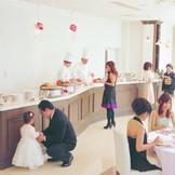 パーティ会場内にはケーキブッフェなどが行えるスペースをご用意。ゲストと触れ合える空間をお楽しみください