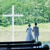 雄大な緑を望む教会で素直な気持ちで誓う挙式を