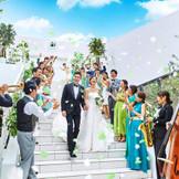 挙式後は目の前に滝が流れる大階段で祝福のフラワーシャワーを♪