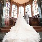 聖壇へ続く階段、真っ白の大理石のヴァージンロードには、トレーンの長いドレスがおすすめです。