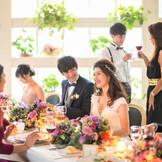 自然光暖かに降り注ぐ開放的な会場で ゲストと過ごす美食の時間。 ゲストとの距離が近くアットホームな結婚式が叶う。
