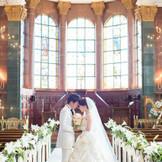 ヴァージンロードの両サイドは【純潔】という花言葉をもつ白い百合が飾られています。