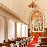 ゴシック様式の大聖堂は120年の歴史を刻んだステンドグラスが輝く