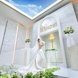 降り注ぐ自然光が花嫁をより輝かせる