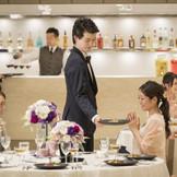全国グループならではのおもてなしに注目!1テーブル1スタッフ制は、ゲストへの心配りがうれしい!出来立てのお料理は、ゲストの顔もほころぶ瞬間。