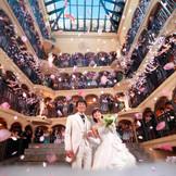 祝福のフラワーシャワーが降り注ぐプリマスドーム内は、ゲストの笑顔と感動に包まれる最高の瞬間に!!