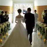 お二人の姿が映る、大理石のバージンロード。 都内最大級の幅の広さで、ウエディングドレスがきれいに映えます。