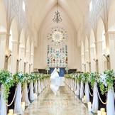 祭壇のふたりとステンドグラスが大理石のバージンロードにそっと映り出す。北陸随一の広々とした堂内に ゲストの祝福の拍手が響き渡る。美しさと圧倒的スケール感。