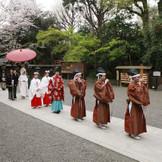 両家一同で神社の参道を歩む「参進の儀」。